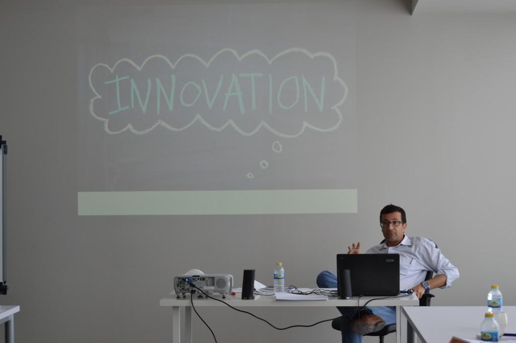 """José García introducing the """"tsunami model""""."""